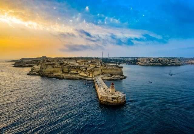 Wie Löwen Play auf Malta Verstecken spielt